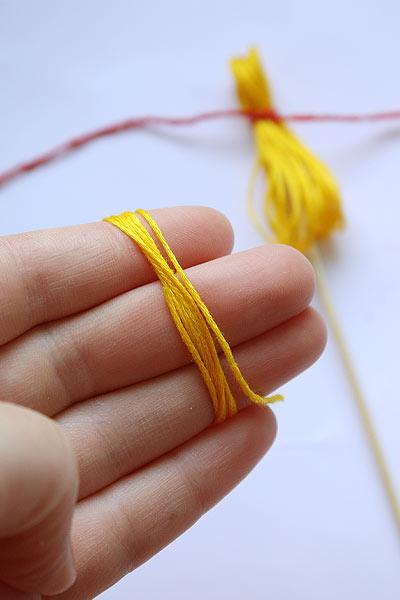 Опять намотайте кольцо из желтых ниток
