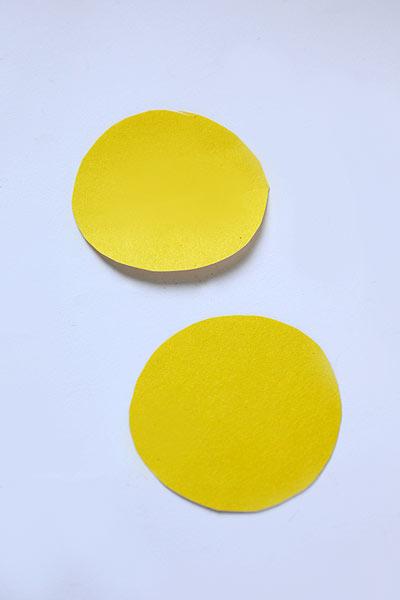 Вырежьте из бумаги два одинаковых круга