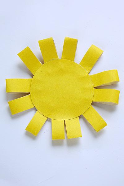 Наклейте сверху второй круг. Солнышко из бумаги готово!