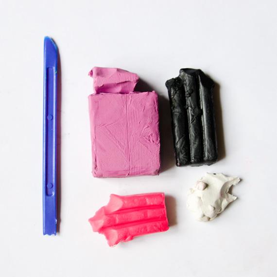 Приготовьте пластилин и ножик для пластилина