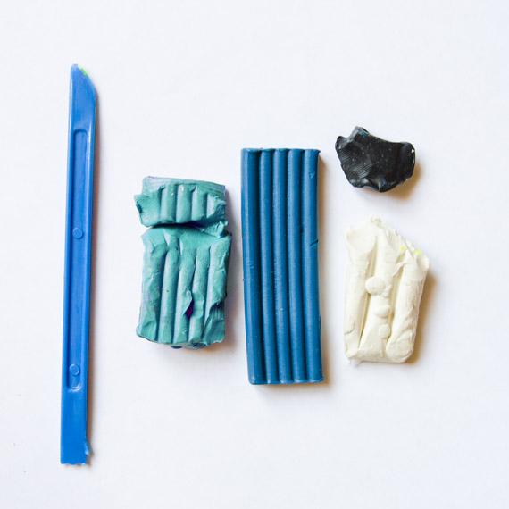 Приготовьте пластилин голубого, синего, чёрного и белого цветов
