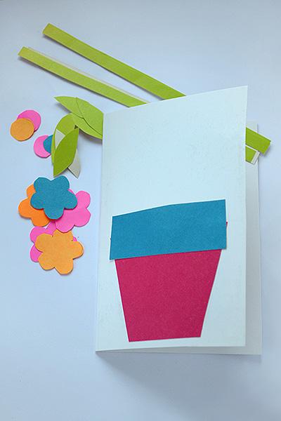 Заготовьте детали и приклейте вазу к будущей открытке