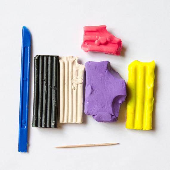 Возьмите пластилин фиолетового, жёлтого, розового, чёрного и белого цветов