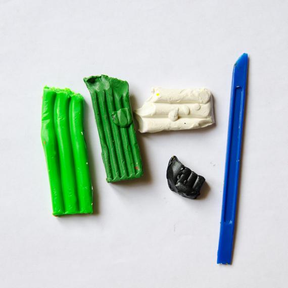 Приготовьте пластилин светло-зеленого, темно-зеленого, черного и белого цветов
