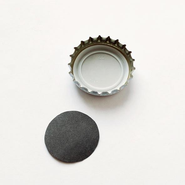 Вырежьте кружочек из бумаги и приклейте его к крышке
