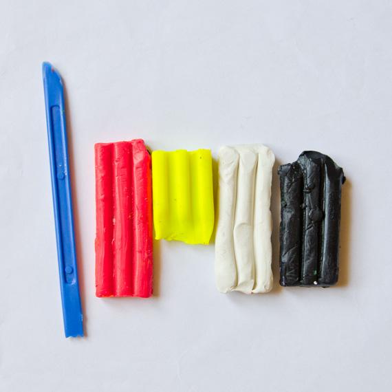 Приготовьте пластилин красного, жёлтого, чёрного и белого цветов