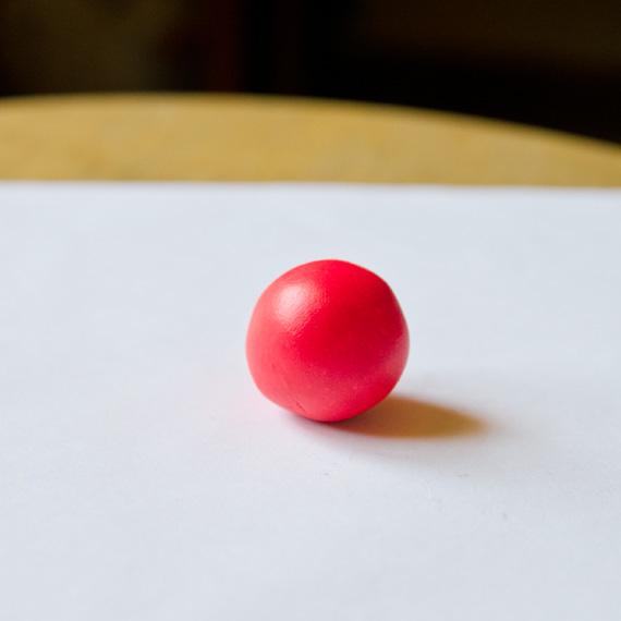 Слепите красный шарик - тельце