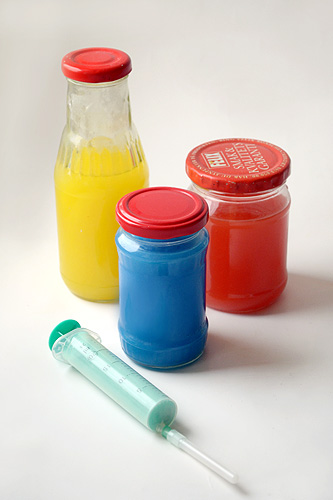 Разведите акварельную краску в воде.