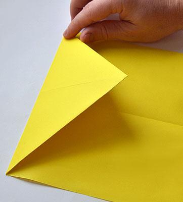 Согните образовавшийся треугольник внутрь