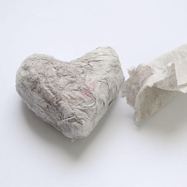 Приклейте слоями кусочки салфетки, используя кисточку и клей