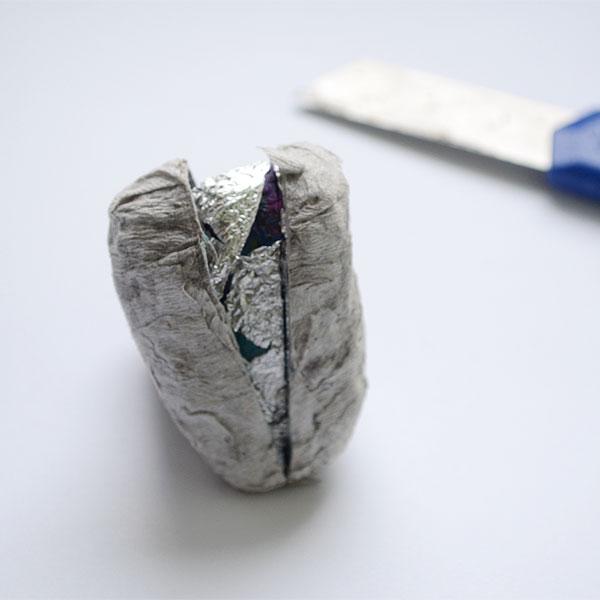 После 5-6 слоев бумаги дайте просохнуть заготовке до полного высыхания. Аккуратно разрежьте изделие вдоль на 2 части и снимите бумажные формы