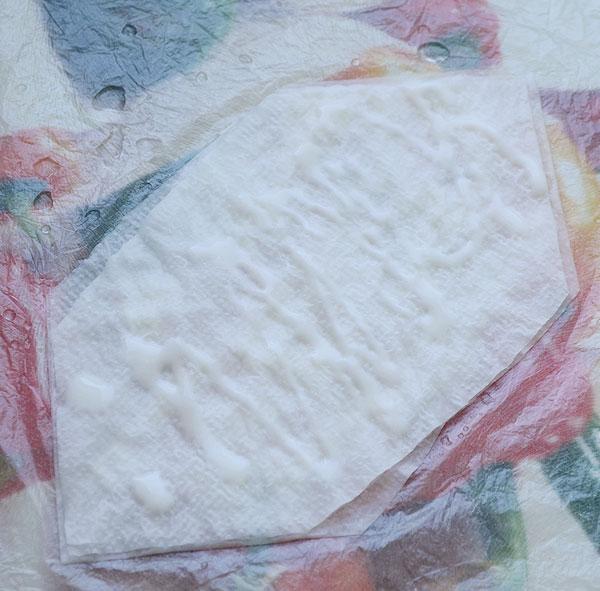 Выложите слой салфеток и смочите их водой и клеем