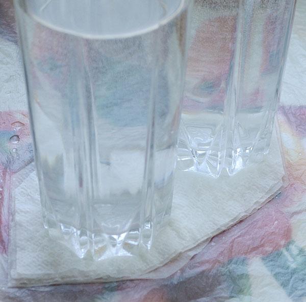 Придавите салфетки стаканами и дайте подсохнуть