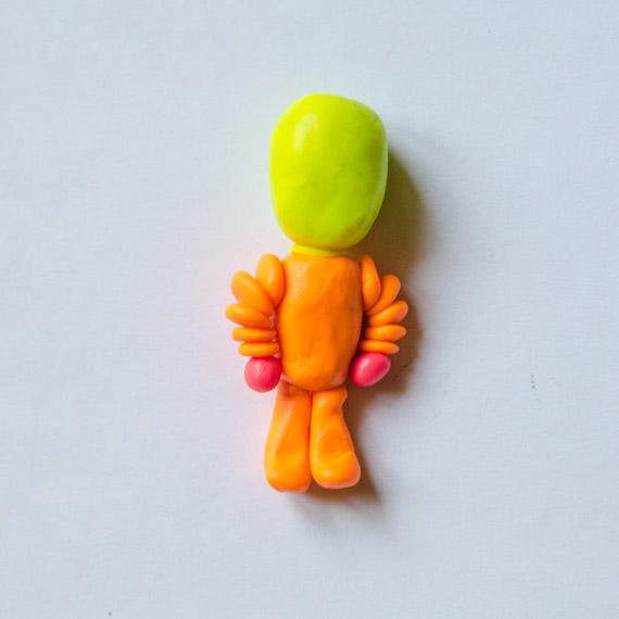 Сплющите приготовленные шарики и сделайте руки фиксику