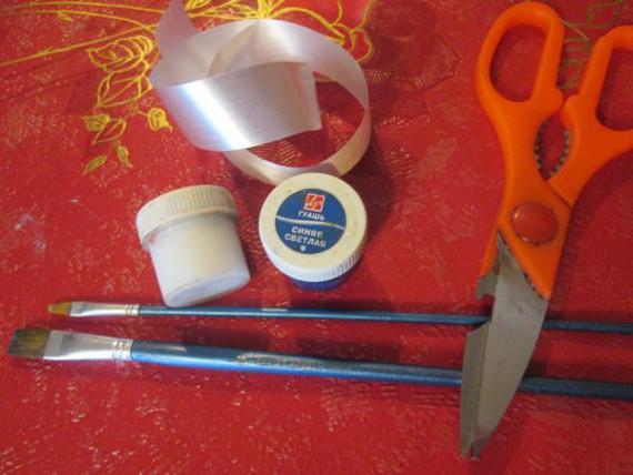 Приготовьте ножницы, краски, кисточку и ленты
