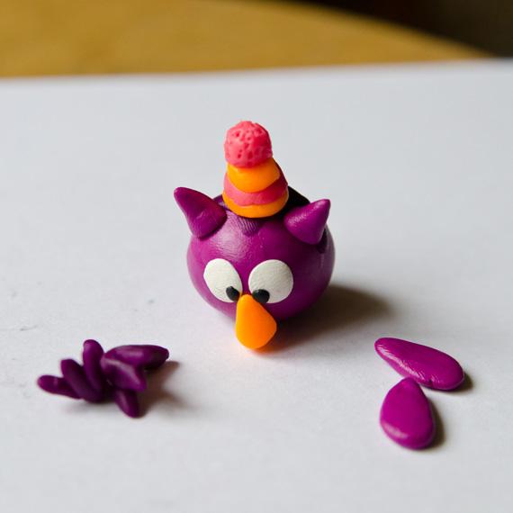 В шарике-помпончике зубочисткой сделайте много мелких дырочек и прикрепите шапочку на голову