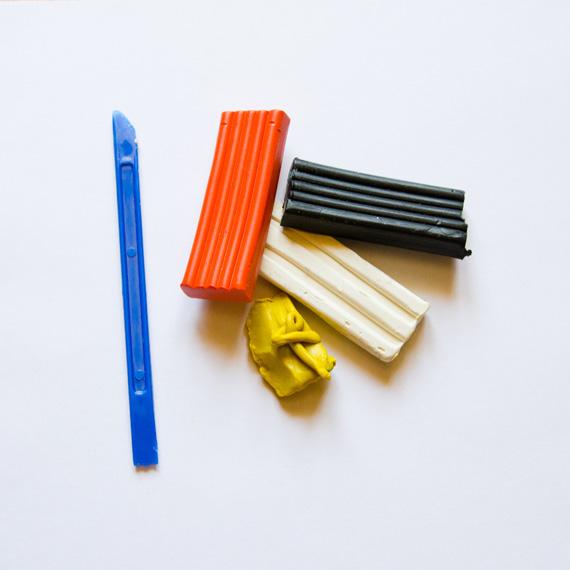 Нам понадобится пластилин оранжевого, жёлтого, белого и чёрного цветов