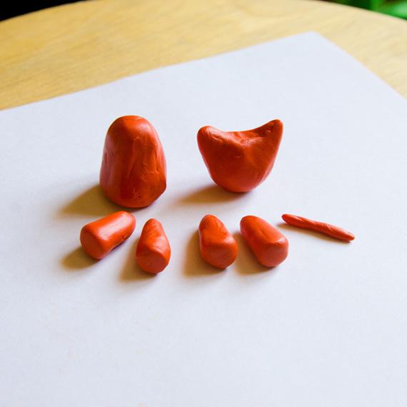 Сделайте заготовки из оранжевого пластилина