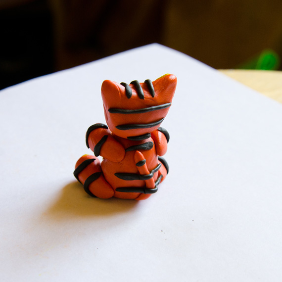Прикрепите чёрные полоски на голову, спину и лапки тигрёнка
