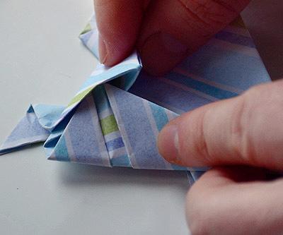 Заправьте согнутые боковые углы в карманы