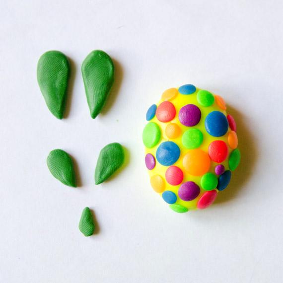 Из зелёного пластилина сформируйте лапки и хвостик