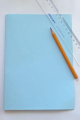 Сложите лист пополам и отмерьте линию сгиба